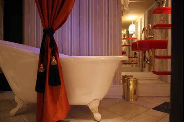 A dica é lançar mão dessa solução fora da área molhada do banheiro e em pequenos detalhes, assim cria-se um efeito singelo e especial - Monique Renne/Esp. CB/D.A Press
