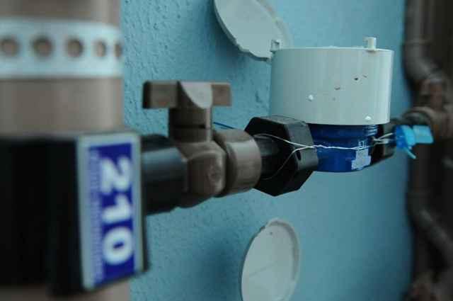 Para economizar água, uma das soluções mais praticadas e de baixo custo em prédios é a instalação de hidrômetros individuais - Monique Renne/CB/D.A Press