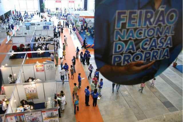 Em 2013, mais de 34 mil pessoas visitaram o Feirão em Brasília, onde foram assinados e encaminhados 6.795 mil negócios - Monique Renne/Esp. CB/D.A Press