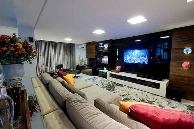Assistir os jogos com conforto e qualidade técnica é possível através de alguns itens, capazes de transformar o espaço em uma verdadeira sala de cinema - Divulgação/Logo Arquitetura