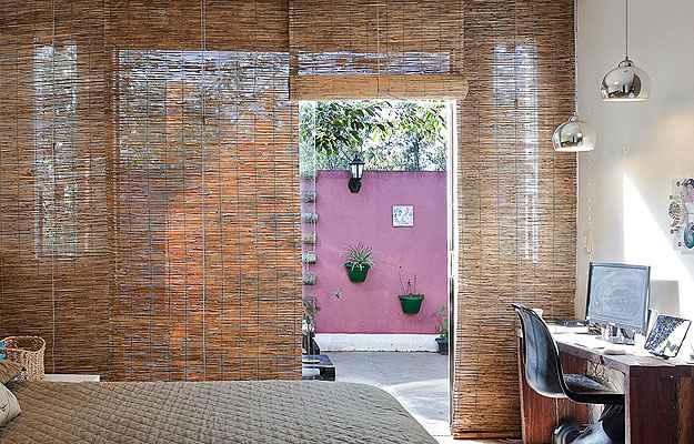 Projeto da designer de interiores Fabiana Visacro adaptou um escritório ao quarto - Henrique Queiroga/Divulgação
