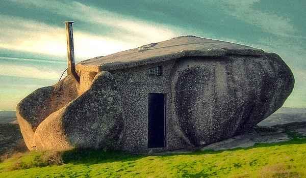 Esta casa de Pedra é uma propriedade privada e fica em nossas memórias por sua incrível semelhança com a casa dos protagonistas do cartoon americano 'Os Flintstones' - Reprodução da internet
