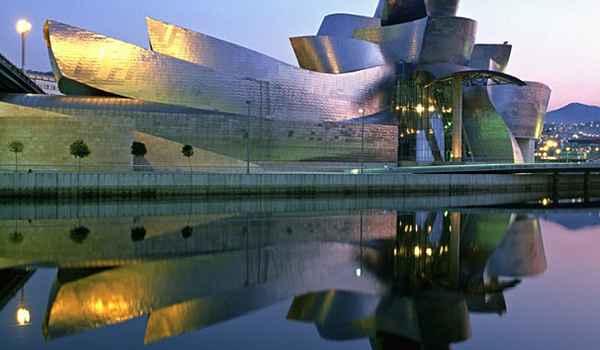 Localizado em Bilbao, Espanha, o Museu de Arte Moderna Guggenheim é considerado um patrimônio da arquitetura contemporânea - Reprodução da internet