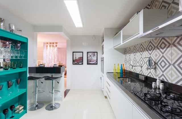 Nesta cozinha, a designer Laura Santos lançou mão de quadros com a temática Paris. Uma tendência crescente para esse tipo de espaço  -
