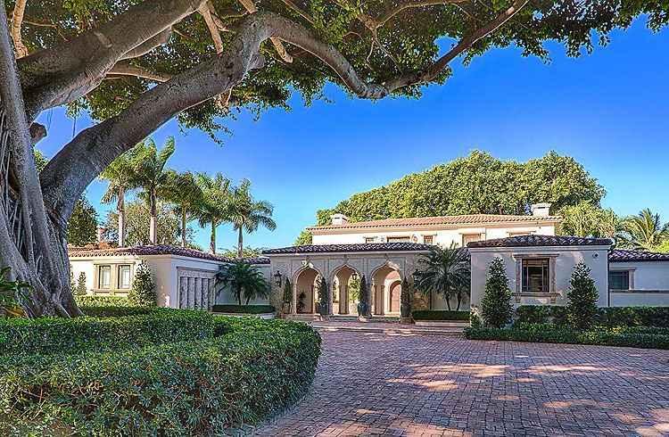 a mansão onde morou Ricky Martin está localizada na exclusiva Rua North Bay Road, reduto dos famosos, a construção tem seis quartos e seis banheiros, em mais de 800 metros quadrados de área - Kevin Luna Studios LLC/Divulgação