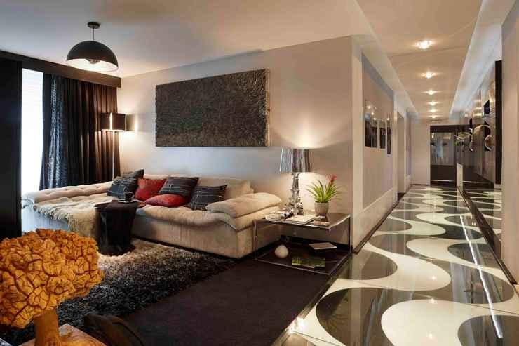 O piso inspirado no calçadão de Copacabana, deixa charmosíssimo o corredor executado pelo escritório Situar Projetos e Interiores - Jomar Bragança