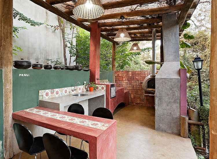 Projeto da designer Fabiana Visacro: cara da mineiridade, o fogão a lenha expande as possibilidades de uso na arquitetura e na decoração - Cátia e Mazarelo/Divulgação
