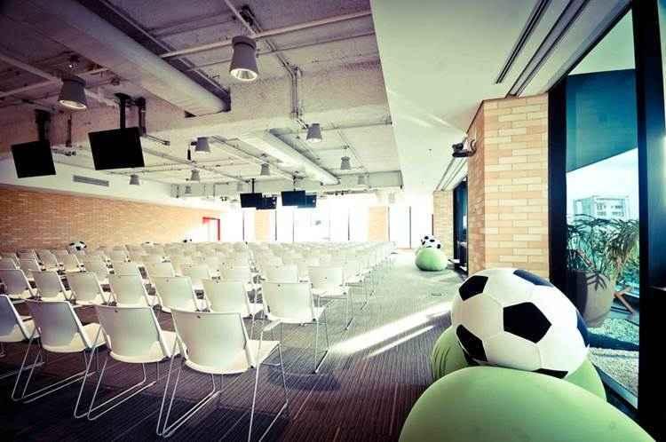 Sala de conferências Maracanã: paixão nacional marca presença no escritório - Divulgação