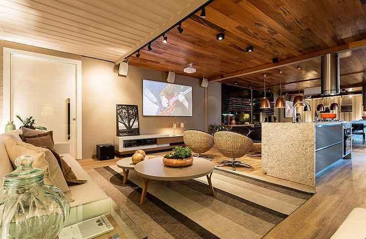 Lounge e cozinha do chef, da designer de interiores Flaviane Pereira, convida a momentos de lazer entre amigos e família -
