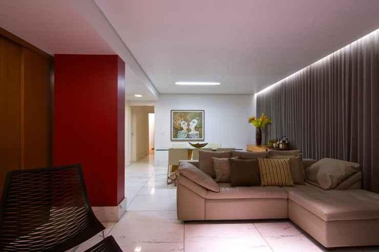 Nesta sala, que recebe um grande fluxo de pessoas, as arquitetas  especificaram o mármore que tem grande durabilidade e resistência - Henrique Queiroga