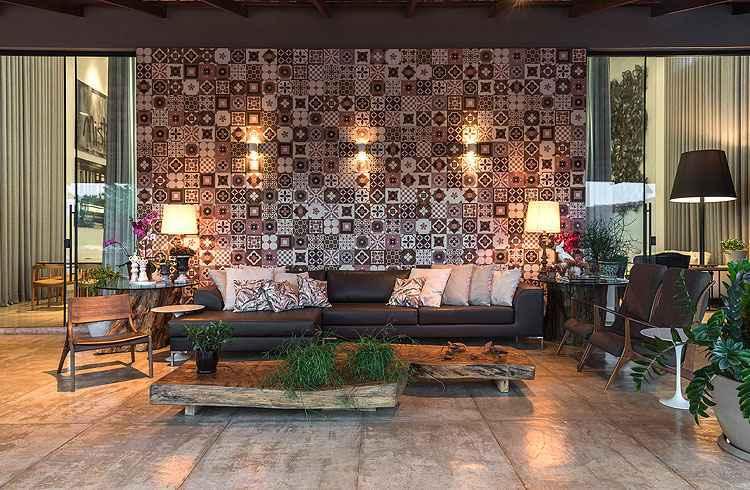 Sala da Varanda: Painel de ladrilho hidráulico destaca a informalidade da área que se comunica com a varanda - Daniel Mansur/Divulgação