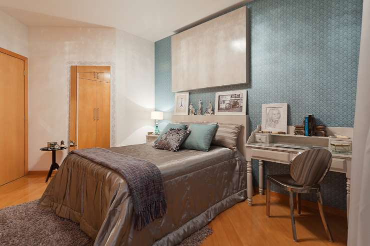Neste quarto projetado pela Situar Projetos, uma mistura do vintage com o contemporâneo, o azul esverdeado foi uma escolha da cliente, que buscava elegância - Henrique Queiroga/Divulgação