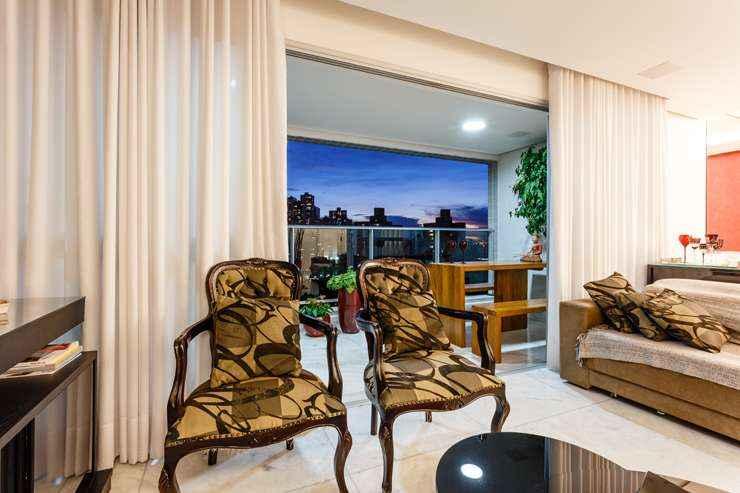 A inserção de cadeiras clássicas dá um toque mais elegante à sala contemporânea, como neste projeto acima executado pela designer de interiores Laura Santos  - Osvaldo Castro/Divulgação