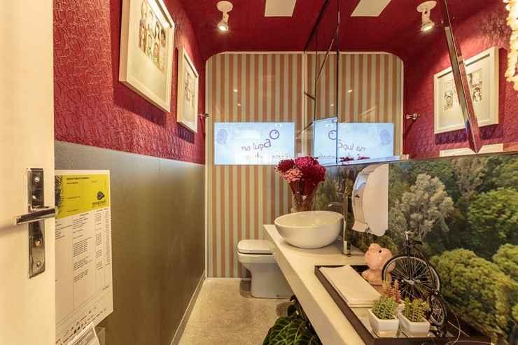 À esquerda, no Banheiro Público Feminino, a designer Analu Guimarães revestiu parede e teto com renda.  - Osvaldo Castro/Divulgação