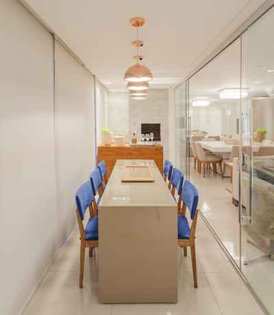 Nesta varanda projetada pela arquiteta Carmen Calixto, o espaço compacto foi integrado à sala de estar e jantar tornando-se mais um ambiente propício para as confraternizações - Henrique Queiroga