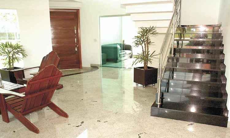 Na sala de estar, o branco desirée é sinônimo de bom gosto e feeling estético - Brasigran/Divulgação