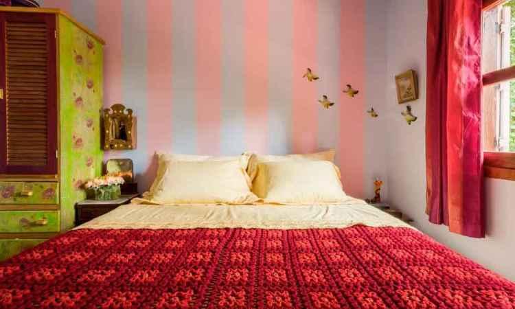 Quarto criado pela designer de interiores Melina Mundim se destaca pela ousadia na parede com listras rosa e azul. Toque contemporâneo ao lado de objetos antigos - Rodrigo Tozzi