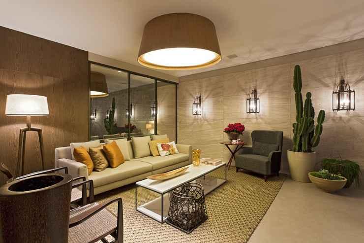 Nessa sala projetada pela arquiteta Estela Netto, o grande cacto traz um charme a mais no ambiente - Daniel Mansur