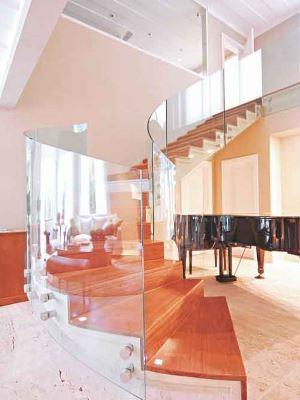 Escada helicoidal repaginada com o guarda-corpo em vidro remete ao luxo - Idea Glass/Divulgação