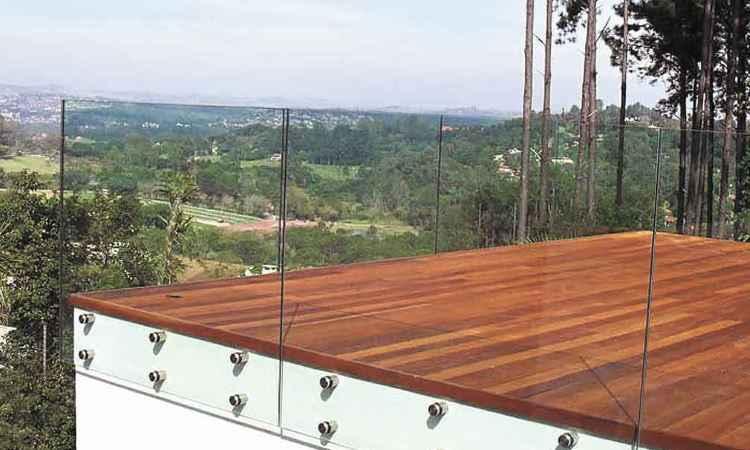 Na varanda, o guarda-corpo em vidro dá sensação de amplitude e traz o verde para dentro de casa - Idea Glass/Divulgação