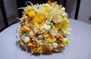 Arranjo de flores do cerrado que mistura amarelo com cores neutras