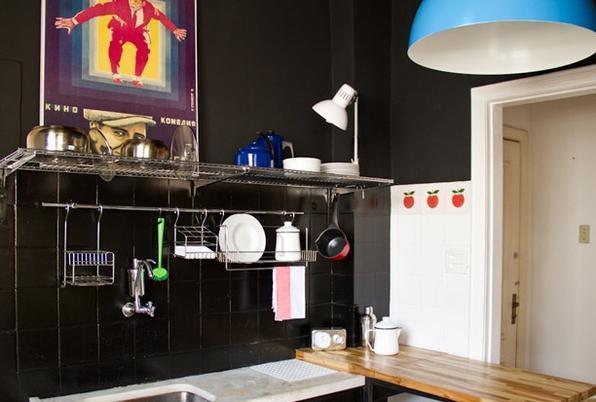 Azulejos na cor preta deixam o espaço mais elegante. Móveis e piso de madeira dão o equilíbrio