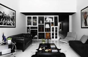Nessa sala, o equilíbrio entre o preto e o branco está perfeito, sendo que nenhuma cor sobressai à outra