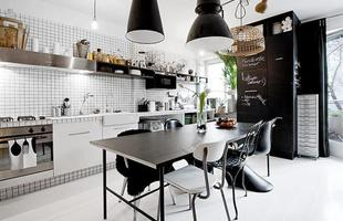 A cozinha em branco e preto é sinônimo de sobriedade e elegância. Alguns utensílios de cozinha coloridos servem para que o ambiente fique mais descontraído