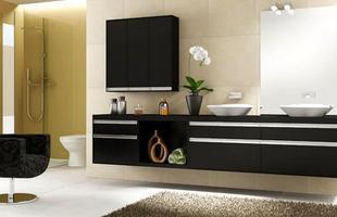O armário e o sofá na cor preta contrasta com os móveis de madeira em tons claros