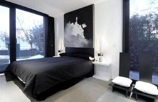 A decoração preta e branca combina bastante com o quarto masculino