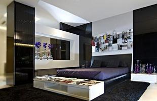 Elementos em roxo ou amarelo também podem complementar a decoração preta e branca