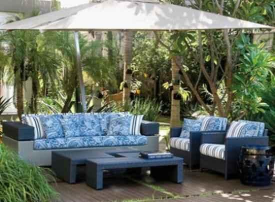 Os sofás podem ocupar o lugar das cadeiras para uma varanda mais confortável