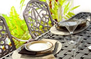 As mesas e cadeiras de metal também são boas opostas. Deixam a área externa com ar clássico e elegante