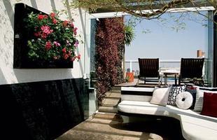 Colocar as flores em suportes na parede é tendência, economiza e espaço e deixa a decoração mais criativa e bonita