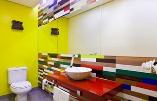 Além de divertido e colorido, esse projeto também é sustentável. Painéis de MDF filetado são opções baratas que agregam cor e textura ao ambiente