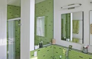 Este projeto foi decorado principalmente com ladrilhos verdes, quebrando o gelo do branco