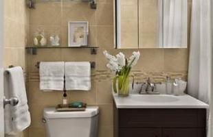 Pequeno, porém decorado com estilo. O projeto apostou no branco, cor padrão para banheiros