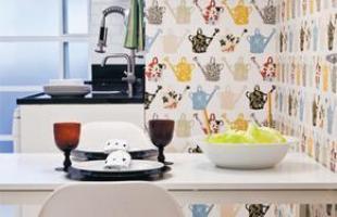 Os papéis de parede podem ser temáticos, combinando com o ambiente, como na cozinha, por exemplo
