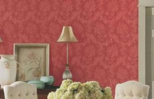 Apesar de colorido, o papel de parede pode ser discreto