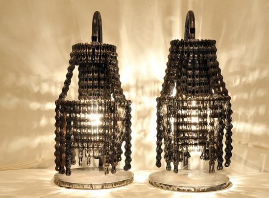 Os lustres são construídos com peças de bicicletas velhas como correntes e rodas