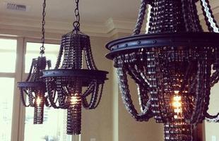 As peças possuem um contraste entre o luxo tradicional dos lustres e a reutilização de materiais disponíveis pra todos