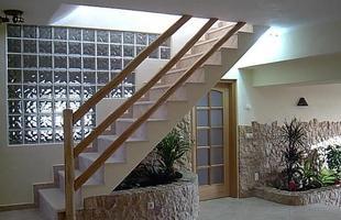 O tijolo de vidro possui uma boa transparência. O material permite uma maior entrada de luz solar no ambiente