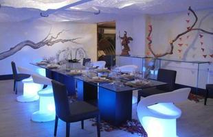 As cadeira com iluminção de LED deixam a decoração do ambiente mais moderna