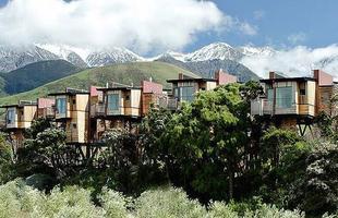 Na Nova Zelândia, o Hapuku Lodge Tree Houses funciona como um complexo habitacional