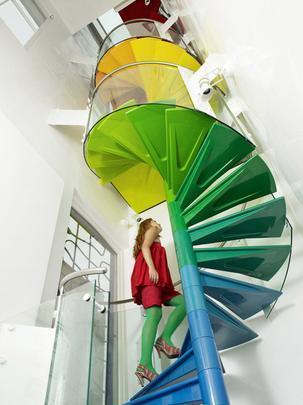 Escada de arco-íris, Londres, 2009 - No fim do arco-íris, há um playground. Na casa projetada pelo estúdio Ab Rogers Design, a escada de acrílico une os três andares da casa e, ainda, cria um divertido eixo vertical com o espectro das cores