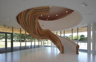 Escada-escultura, Saint Herblain, França, 2010 - A equipe do Tétrarc Architects pintou o galpão envidraçado todo de branco para valorizar as formas da escultura, que une os andares da faculdade de artes de Saint Herblain.