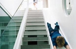 Tobogã, Londres, 2004 - À primeira vista, a escada de uma moderna casa em Londres, na Inglaterra, não impressiona nada ? parece até mais apertada. Mas é só as crianças chegarem para ver que o projeto deMichaelis Boyd não é nada comum: tobogã e degraus dividem o mesmo espaço.