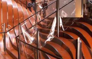 Escada de metal, Nova York, 2006 - O arquiteto Thomas Heatherwick usou tiras contínuas de aço laminado para montar a escadaria de uma loja de departamento em Nova York. Como o estabelecimento não fica no mesmo nível da rua, o desenho fluido e o material brilhante ajudam a atrair a atenção das pessoas para as compras.