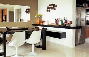 Utilizar espelhos na decoração, além de proporcionar charme, o espaço vai aparentar ser maior