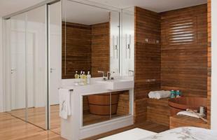 Os espelhos podem conferir amplitude ao local, maximizar a iluminação, disfarçar elementos indesejados e ainda proporcionar um efeito estético único e sofisticado
